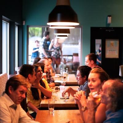 vamos explorar as 4 maiores tendências de marketing para restaurantes, e porque você deveria começar a aplicá-las desde já. Redes sociais. Google Ads e Motor de Buscas Mail Marketing desconto presente fidelidade